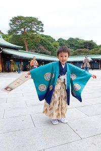 神社で遊ぶ男の子