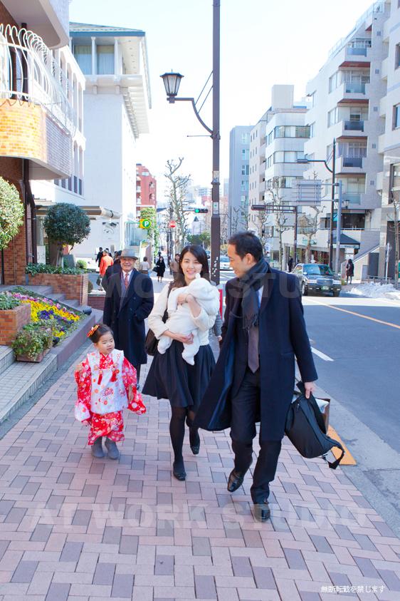 七五三とお宮参りの参拝に向かう家族