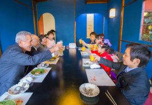 お店で乾杯する七五三記念日の家族