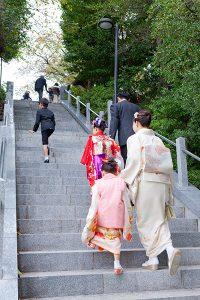 神社に七五三の参拝に来た家族