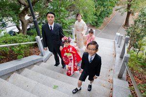 神社に着いた七五三記念日の家族