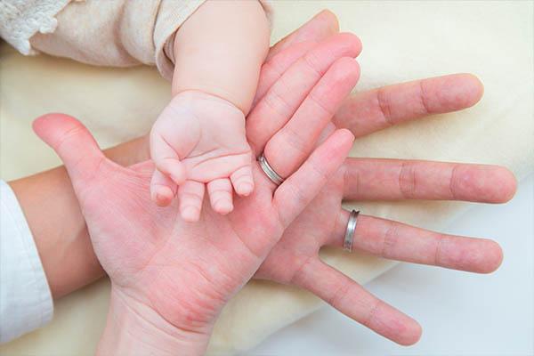 横浜市港北区に出張撮影した赤ちゃんとママとパパの手