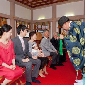神奈川県大和市の神社でお宮参りのご祈祷をうける家族