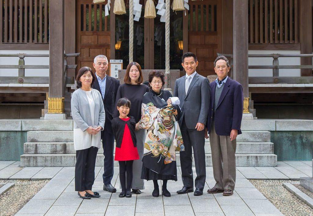 前川神社の境内で撮影したお宮参り参拝の家族の集合写真